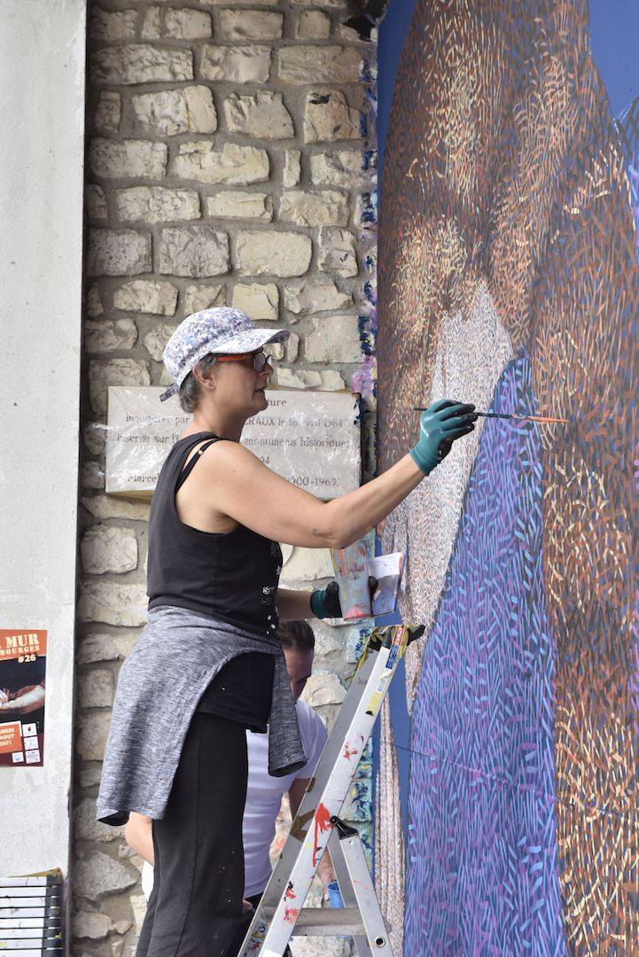 - Nadège Dauvergne utilise des petits pinceaux pour tracer les milliers de traits sur plusieurs couches qui donnent à son œuvre du relief et de la lumière.