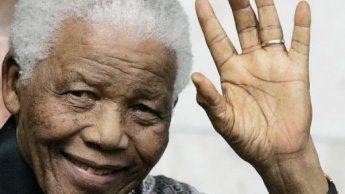 Le buste de Nelson Mandela dévoilé au Parlement, au Cap.