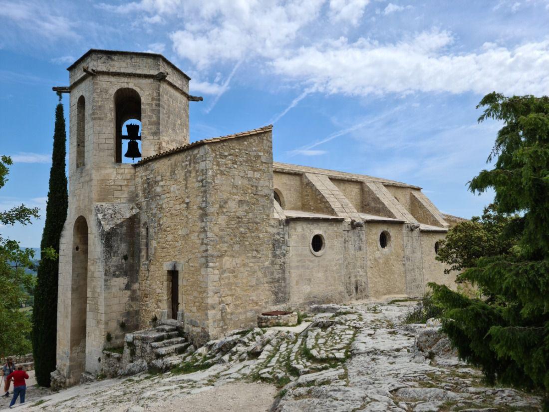 Petit village médiéval semi ruiné, chargé d'histoire