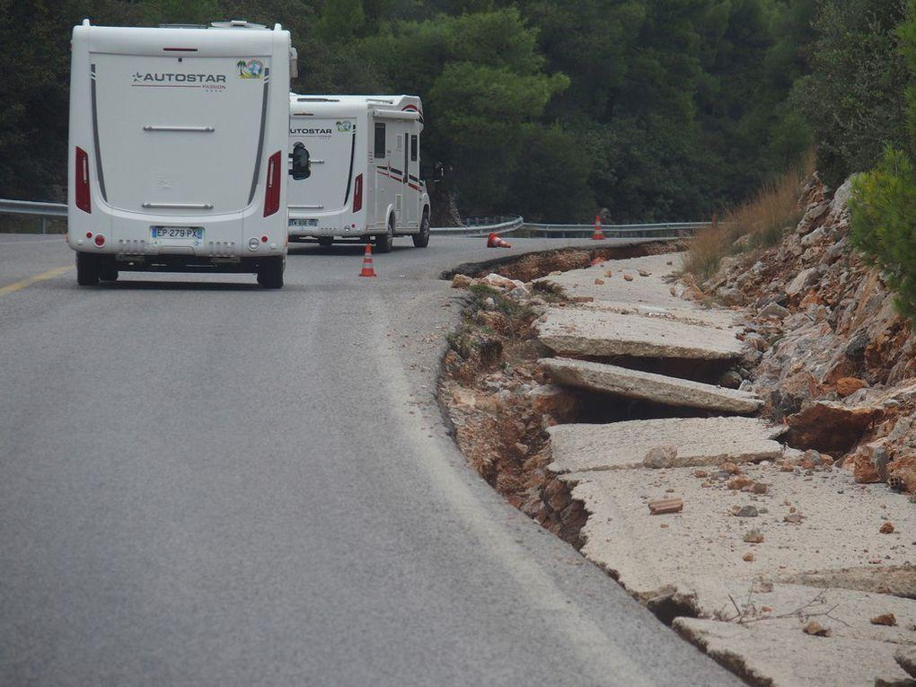 une route très endommagée entre Athènes et Delphes ...