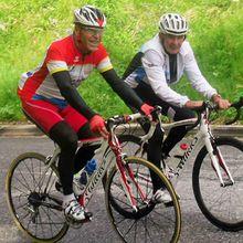 """C'est un ami, un passionné de cyclisme comme nous. Il est champion de France UFOLEP.  Son père Christian (Photo: Claude Gréau et Christian Arades dans le col du Portillon) est coatch et entraîneur du Club de Cahors. Des super """"mecs"""" comme on dit.  Kévin Besson, bon coureur amateur prodigue des études posturales à leur magasin """"Cycles 7"""" à Cahors. + Kevin Besson  sur home-traîner pendant le"""