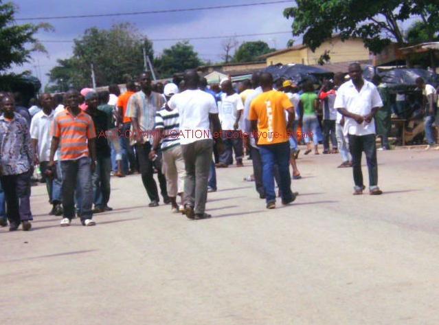 les jeunes manifestent à yopougon le 15 Octobre 2011 pour réclamer  plus de démocratie contre le régime totalitaire de Ouattara