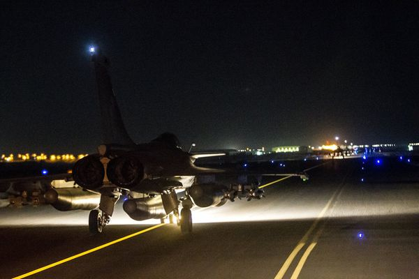 Photo : (c) Etat-Major des Armées - Un des Rafale du raid au roulage, quelques minutes avant son décollage d'Al Dhafra (EAU).