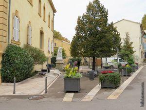 La Place du Parage avec le monument en cours de déplacement...