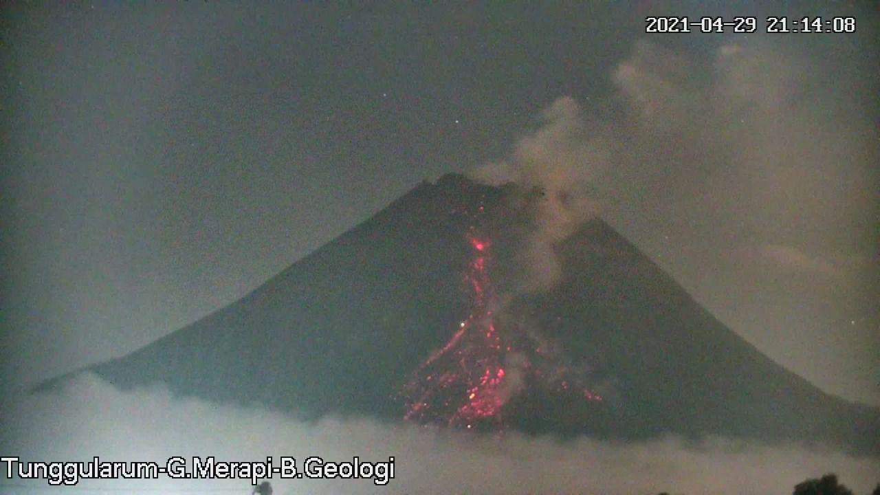 Merapi - avalanche de blocs incandescents le 29.04.2021 / 21h14  - photo Tunggularum- G. Merapi - B. Geologi