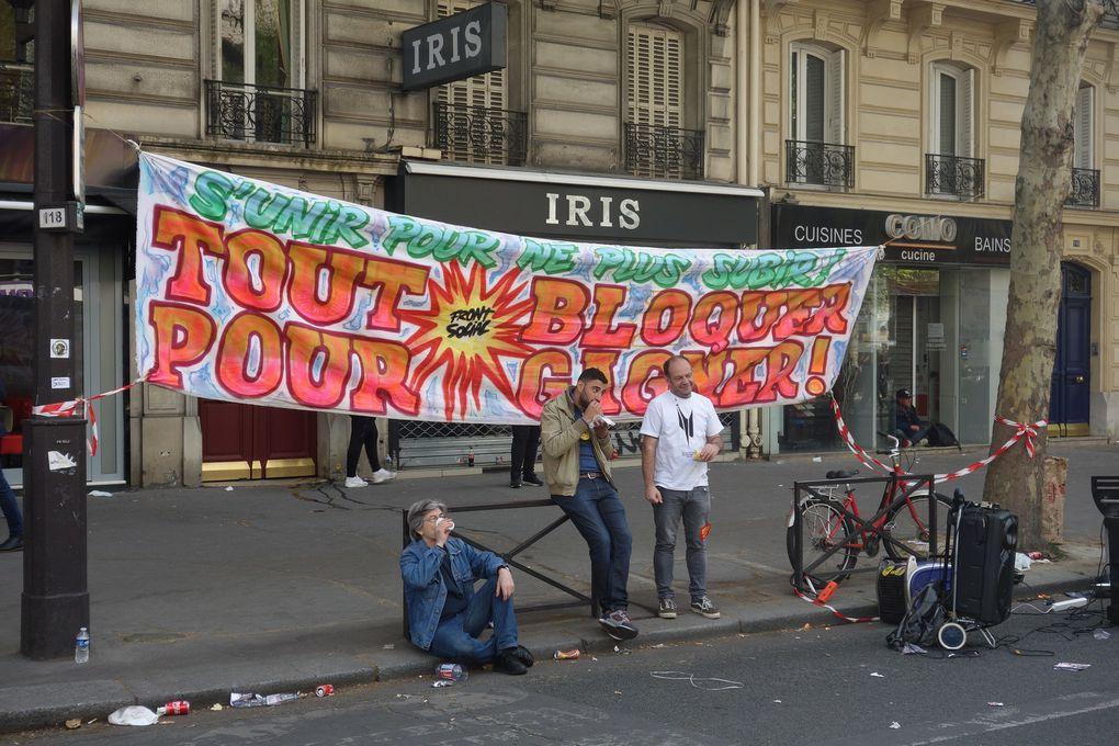 Durant la manifestation du 1er mai 2019, jour de la Fête du Travail, Gilets jaunes et syndicats ont manifesté, mais les premiers, rejoints par des Black Blocs, ont pour l'essentiel marché en avant du défilé, de façon distincte. Pour l'instant, pas de convergence des luttes. Sur l'une des photos, on peut voir les banderoles du collectif Droit au Logement (DAL) dans la manifestation parisienne du 1er mai 2019. En mars et avril 2016, les militants du DAL avaient été décisifs pour la mise en place de la manifestation statique de Nuit Debout et sa structuration, sur la place de la République à Paris.