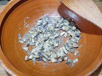1 - Mettre votre four à préchauffer th 6 (180°). Peler et émincer les échalotes. Peler les têtes des champignons et les détailler en petits cubes. Dans un poêle faire fondre le beurre et faire revenir les échalotes jusqu'à ce qu'elles soient translucides. Ajouter les champignons, laisser fondre pendant 10 mn en remuant de temps en temps. Verser le Cognac et faire flamber rapidement. Retirer du feu et mettre dans un saladier, émietter le pain de mie et mélanger.