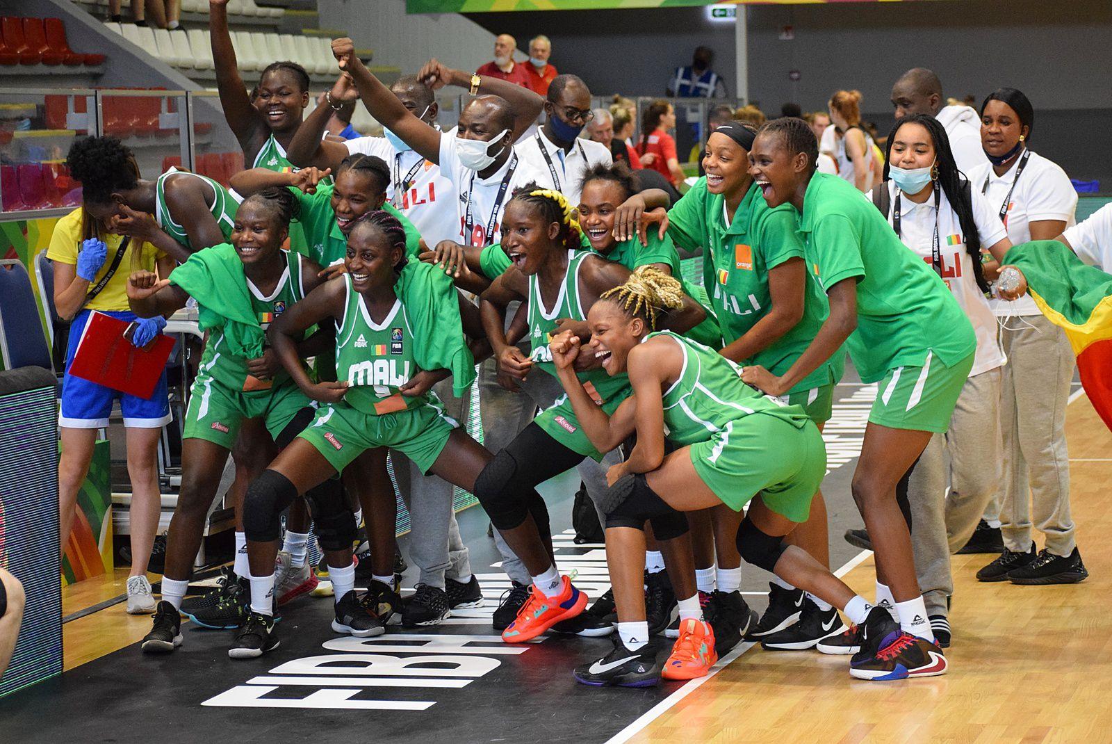 Le Mali écrit une nouvelle page de l'histoire en se hissant en demi-finale de la Coupe du monde FIBA féminine des moins de 19 ans à Debrecen en Hongrie après avoir sorti la Russie, championne du Monde 2017. Après les garçons médaillés d'argent en 2019, les Maliennes sont à une victoire d'une première médaille historique au niveau mondial.