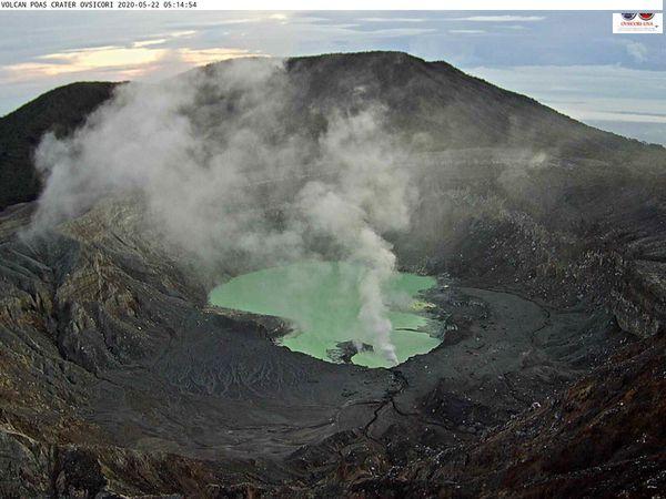 Poas - 22.05.2020, respectivement à 05h14 et 06h38 ; et le panache du Poas à 08h17 vu de l'Irazu- webcam Ovsicori - un clic pour agrandir