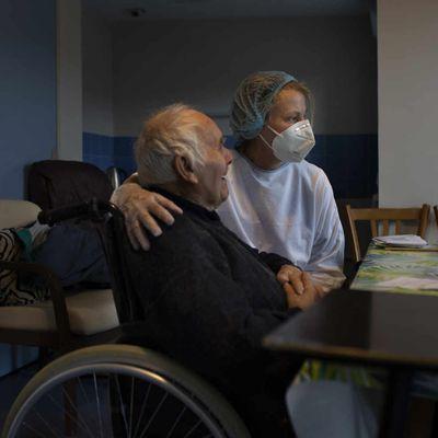 Covid-19: les gériatres s'opposent au scénario d'un autoconfinement des personnes âgées