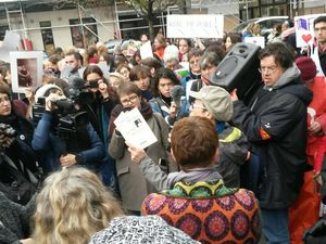 Paris : Pour défendre la « bibliothèque des femmes », la foule était au rendez-vous.