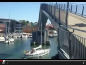 VIDEO - un voilier percute un pont mobile