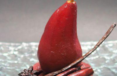 Poires pochées au vin rouge et épices douces