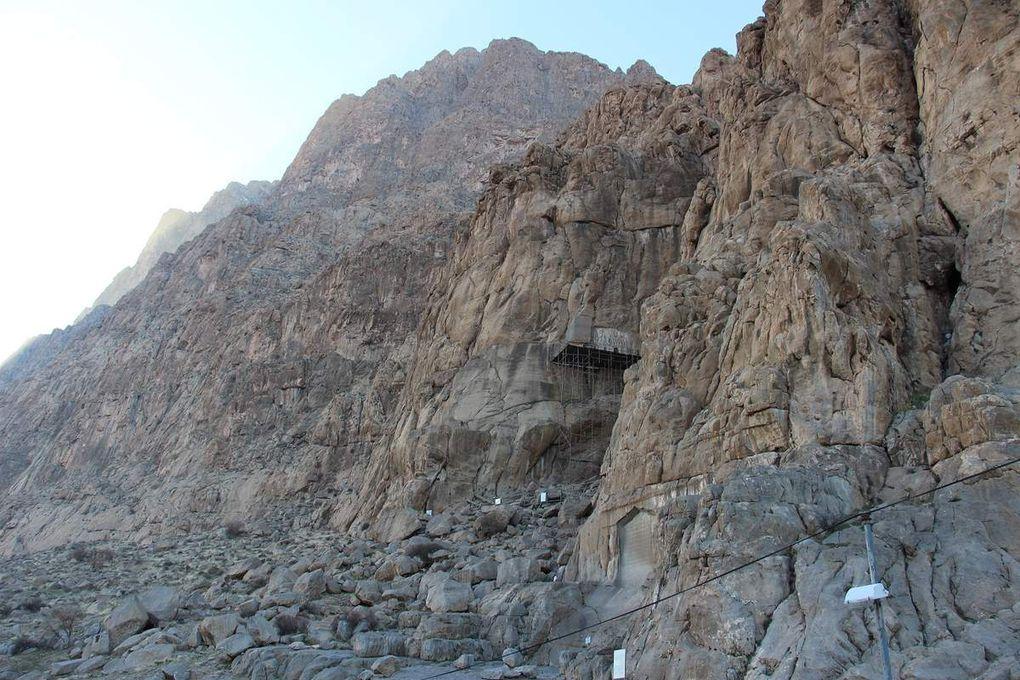 Kermanshah - Bissutun sur la route de Hamadan à une 30aine de Km de Kermanshah - la montagne de Bissutun est située à côté d'une ancienne route Achéménide. Dans l'une de ses failles, elle accueille le seul bas-relief isolé et l'inscription la plus longue de l'époque Achéménide. Gravé vers  - 520, le relief comémore la victoire de Darius 1ier sur ses ennemis et rivaux  lors de sa prise du trône. Texte en inscription cunéiforme en trois langues : vieux perse, élamite et babylonien. Dans la tradition poplaire, les bas-reliefs furent attribués à Farhad, l'architecte amoureux de Shirin. Le site Bissutun comprend également des grottes occupées à l'ère paléolitique (entre - 40 000' et - 35 000'). En contre-bas du relief de Darius 1ier, le dieu grèc Hercules fut sculpté en -148. Heureux ceux qui reposent au cimetière juste à côté car le sie est très émouvant ...
