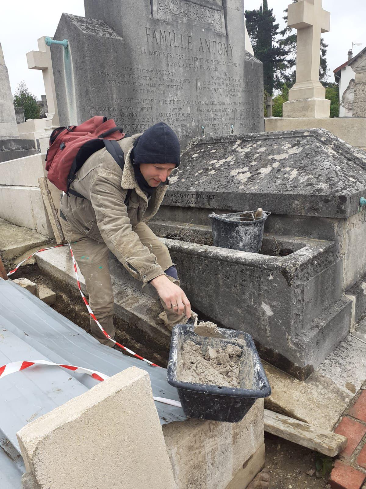 Les Polonais de Varsovie restaurent les tombeaux  de leurs compatriotes.