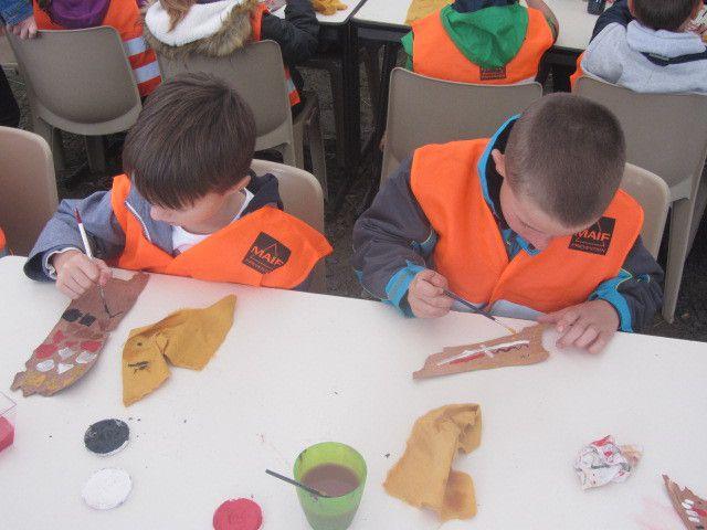 Les couleurs sont celles de la couleur de la terre en Australie: Les Aborigènes utilisent la terre pour faire de la peinture. Les couleurs sont le rouge, l'ocre, le noir et le blanc. (Sasha, Louane) On a fait des petits points, des petits ronds, des carrés. (Alexis et Airelle)