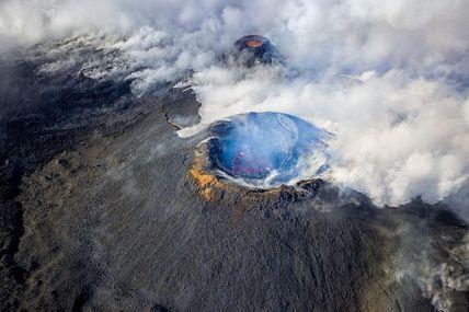 Chaque éruption nous raconte une histoire et chaque éruption donne naissance à des nouveaux cratère première éruption de l'année 2021.