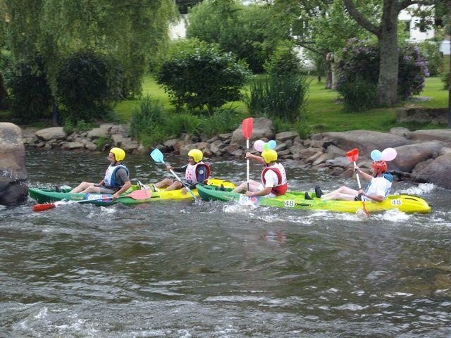 Tous les concurrents d'une compétition loisir de kayak disputée à Inzinzac-Lochrist (Morbihan) (les 24 heures kayak 2009) se sont déguisés, ont choisi un nom original pour leur équipe et font de nombreux tours autour d'une île sur une rivière