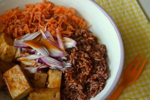 Veggie bowl {riz, carottes et tofu mariné sauce teriyaki}