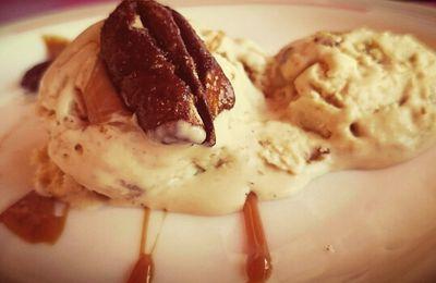 Helado de vainilla con nueces pecanas y caramelo