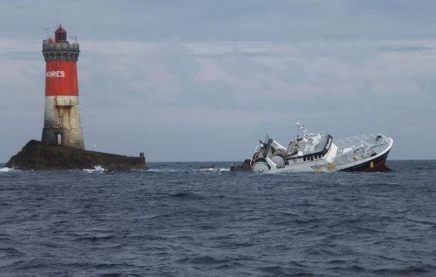 Le Conquet (29) - un chalutier s'échoue en secourant un voilier