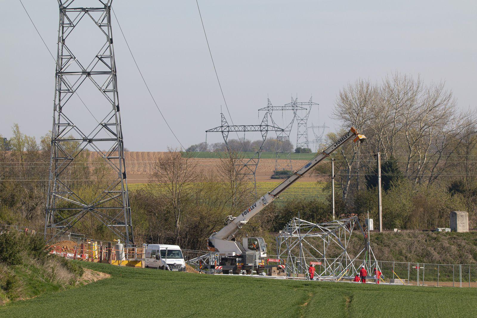 Chantier EDF: le mécano géant prend forme peu à peu.