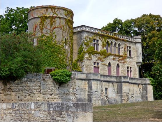château qui domine le bourg, à peu près à l' emplacement de l' ancien palais épiscopal; de construction fin XIXème