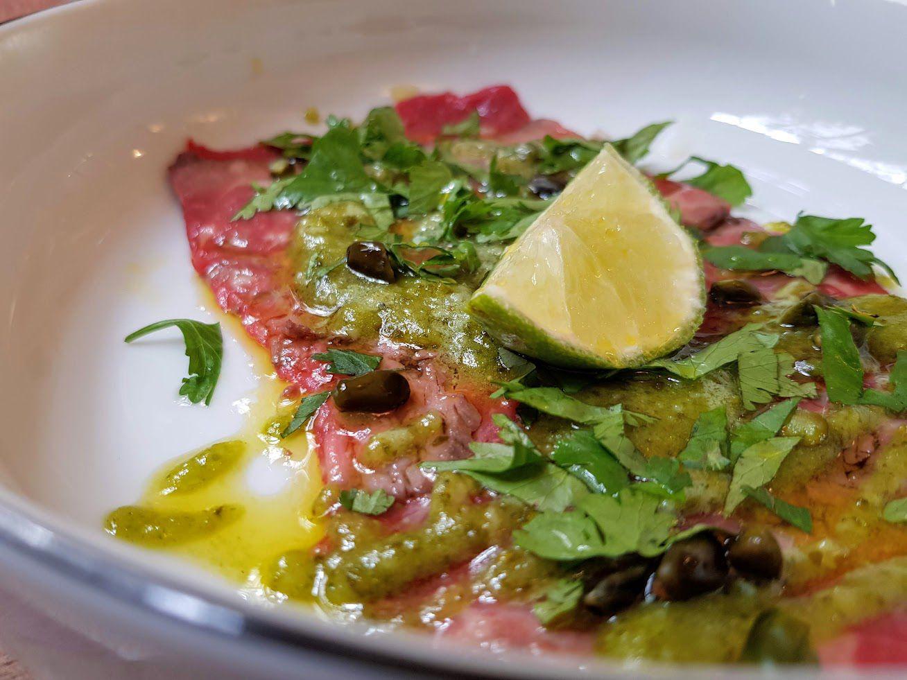 Boeuf mariné, pesto de pistache, huile de colza torréfiée Le Cellier Stéphane Pitré restaurant Paris 9