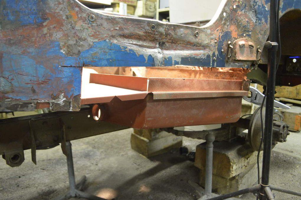 Crédit photo - alain chaussade - présentation du bac, puis de la plaque de remplacemnt du coté gauche du plancher - ajustage de la coupe