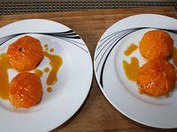 3 - Répartir le caramel au jus d'agrumes sur les clémentines, saupoudrer du reste de sucre (20 gr) et enfourner pour 12 mn th 6b(180°). Au bout des 12 mn, passer au grill du four 3 mn pour faire dorer les clémentines. Disposer les clémentines sur des assiettes à dessert, napper de sauce au caramel d'agrumes, laisser tiédir puis rajouter 4 billes de sorbet au citron vert. Décorer de brins de menthe fraîche et servir aussitôt.