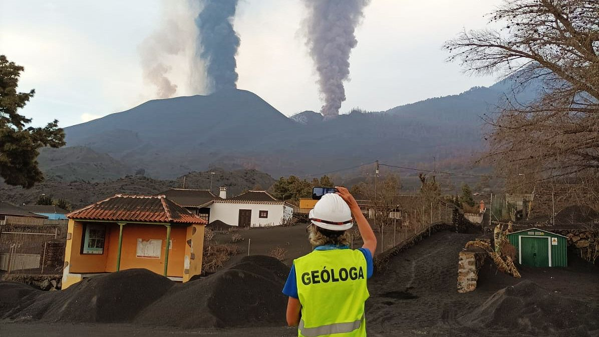 LaPalma Cumbre Vieja - This photograph taken by IGME staff - CSIC shows three of the four mouths that are active at this time in the Volcano de La Palma, as well as the large accumulation of ash in the surrounding areas