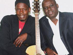 pape & cheikh, ils abreuvent le folk sénégalais de rythmes arficains, des chansons portées par la belle voix de papa amadou fall