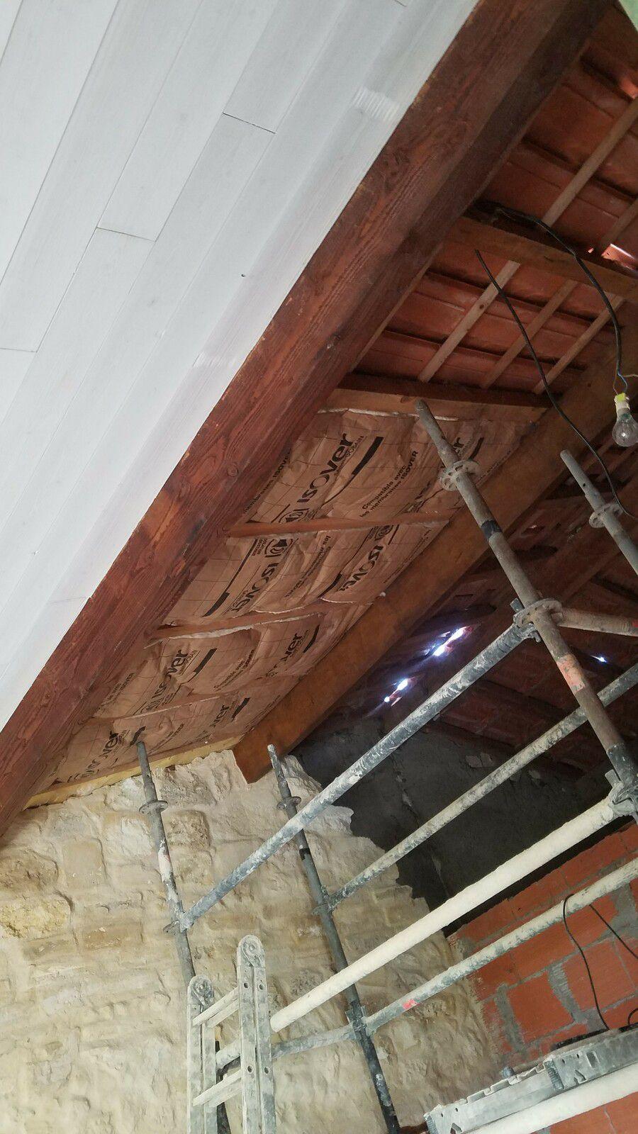 Passage des fils électriques dans les gaines, brancher les prises au câble, laine de verre sur 3 ème partie du plafond, je ne pourrai pas faire plus sur le toit car il y a un soucis sur le faîtage, donc il faut qu'un charpentier passe et me dise .....Je pourrai mettre le lambris que sur cette partie.