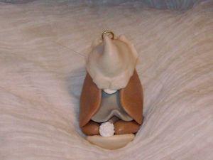 Collier en daim avec lapin en porcelaine froide