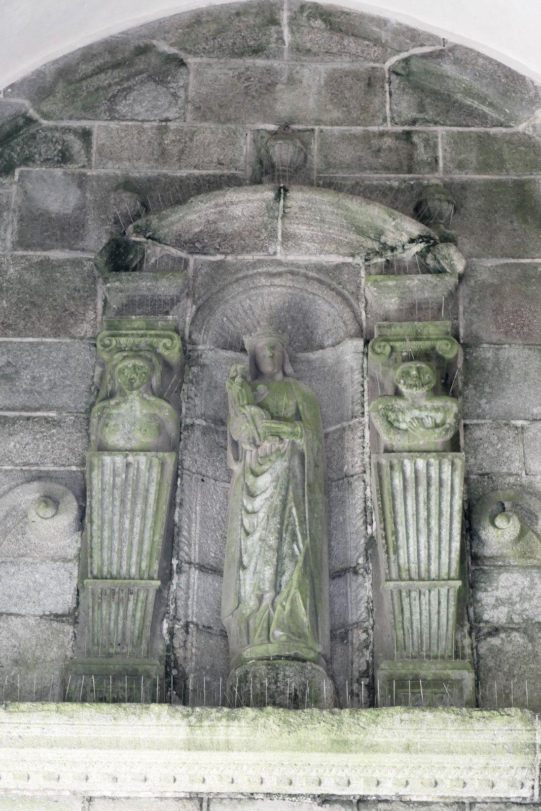 Portail intérieur du clocher-porche (1599)  de l'église de Saint-Thégonnec. Photographie lavieb-aile.