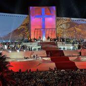 L'image du jour : Le pape François accueille les jeunes avec un truc bizarre aux JMJ de Rio ! - MOINS de BIENS PLUS de LIENS