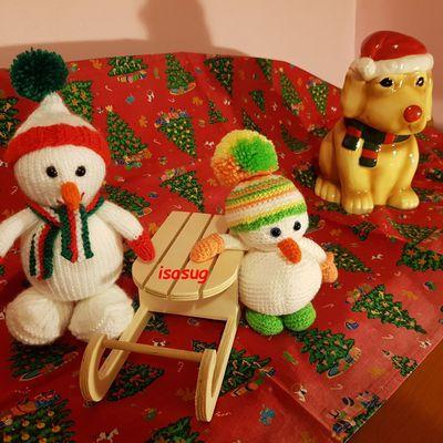 Bonhommes de neige , un au tricot et l'autre au crochet , 18 et 20 cm