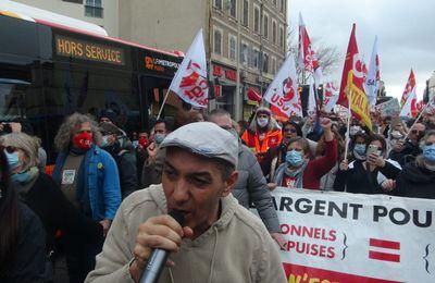 Marseille,  manif  magique pour la santé et le progrès social animée par HK