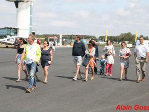 Les visiteurs commencent a visiter les avions.