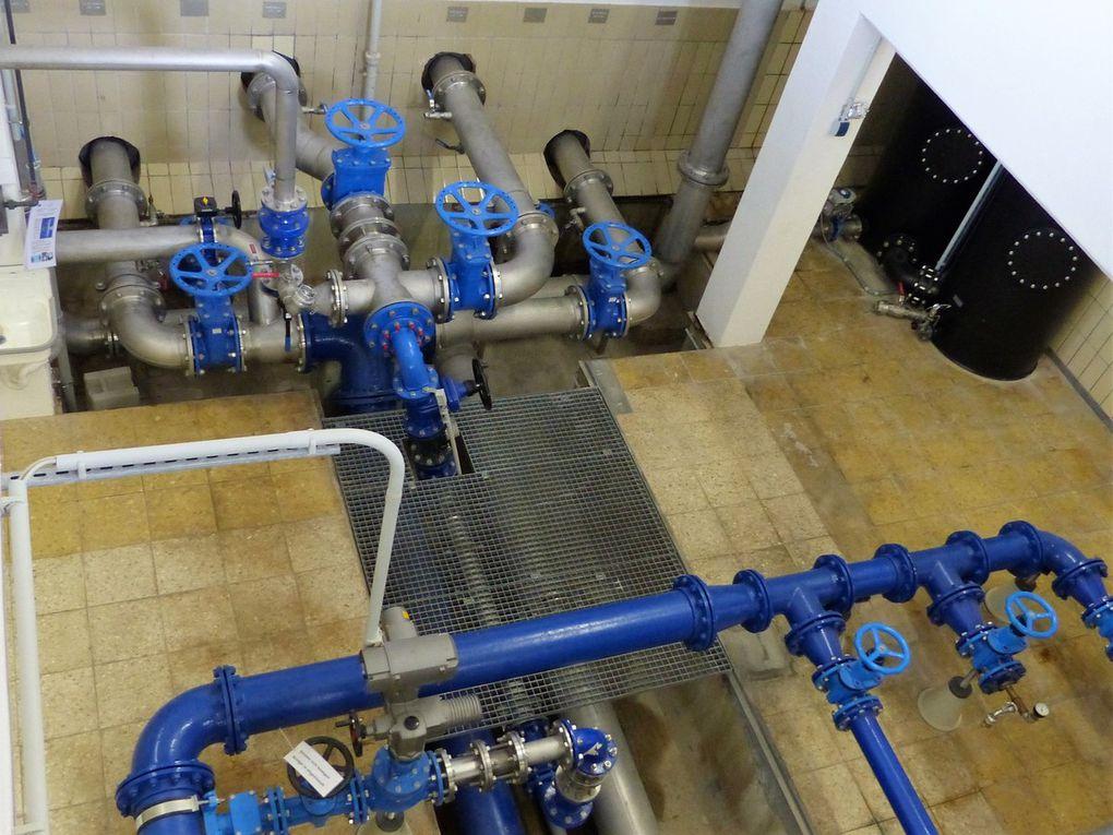 """Hohe Bedeutung für die Veitshöchheimer Wasserversorgung hat der Hochbehälter Geisberg.  2007 wurde für 340.000 Euro eine 2,7 Kilometer lange Verbindungsleitung vom neuen Trinkwasserbrunnen """"Am Kalten Berg"""" zu diesem Hochbehälter  verlegt und der mit zwei Kammern zu je 1000 Kubikmeter ausgestattete Hochbehälter für 100.000 Euro umgebaut. Dadurch wurde es möglich, das Fördervolumen des neuen Brunnens am Naturfreundehaus von jährlich bis zu 190.000 Kubikmeter voll auszunutzen und  den Fernwasserbezug von bisher 520.000 Kubikmeter und damit die Wasserbezugskosten um jährlich über 100.000 Euro zu reduzieren. Tiefbauingenieur Jürgen Hardecker erläuterte den Teilnehmern ausführlich die Technik im Hochbehälter zur Lenkung und Filterung der Wasserströme."""