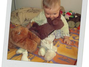 Petit Monsieur qui joue avec Mimicking monkey, et le Coussin Tortue derrière