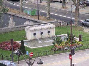 Porte de la Chapelle : buffet de fontaine avec ses mascarons et le carrefour au début des années 2000.