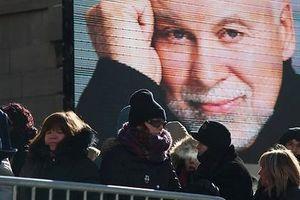 L'émotion est palpable en la basilique Notre-Dame de Montréal. Sur le cercueil de René Angélil, Céline Dion a déposé le coussin de leur amour…