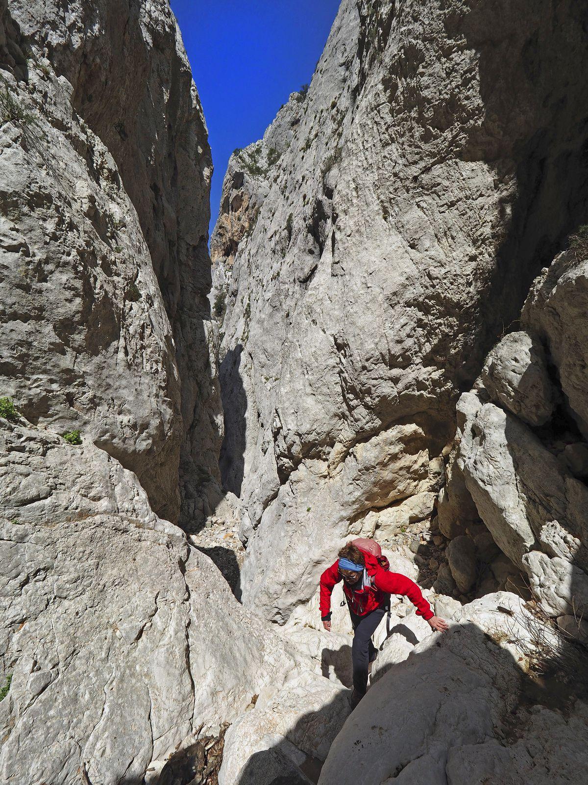 Dans le Gorropedu, petit canyon sec et encaissé qui permet une boucle ludique autour de la serra Oselli.