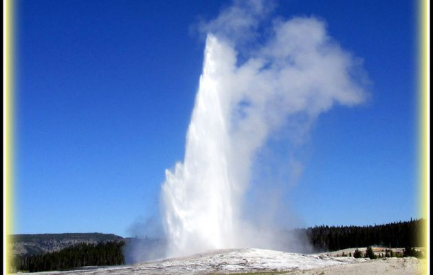 Yellowstone National Park ..Les Geysers ..
