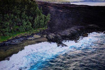 La coulée de lave d'avril 2007 qui est venue grignoter le littoral et sa végétation luxuriante.