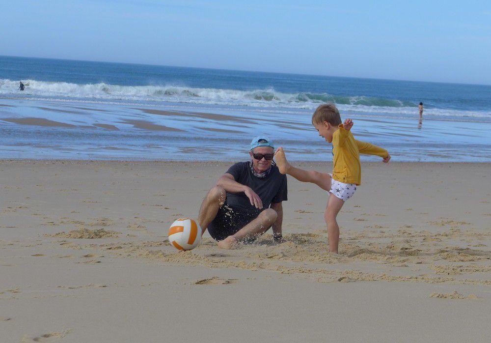 Courir et jouer au foot sur la plage, au bord de l'Océan...