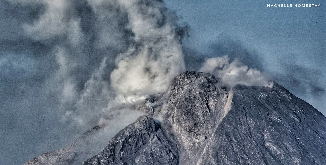 Sinabung - growing summit dome and gas and steam plume on 02/03/2021 / 7:21 am - photo Nachelle homestay - one click to enlarge