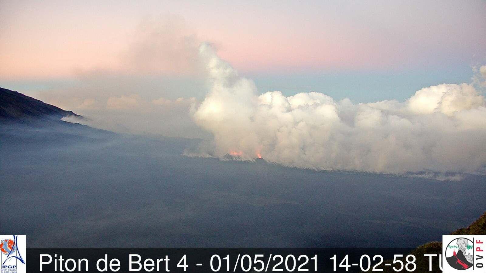Piton de La Fournaise - le site éruptif le 01.05.2021 / 14h02 TU- webcam  piton de Bert - IRT -OVPF