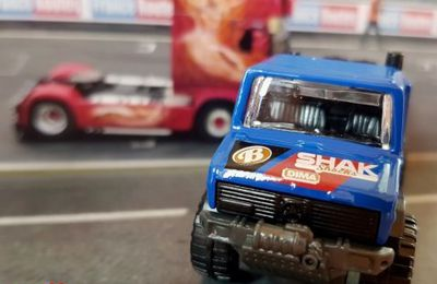 CAMION MERCEDES BENZ UNIMOG 1300 HOT WHEELS 1/64.